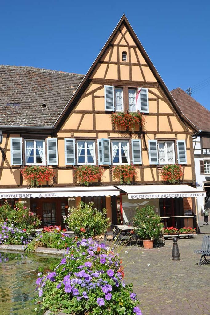 Miasta ogrody Alzacji. Główny plac w Eguisheim