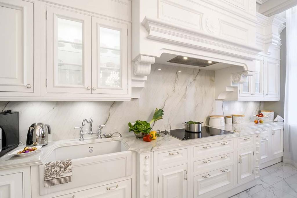 Klasyczna biała kuchnia, zabudowa meblowa z linii Royal wykonana przez firmę Akan