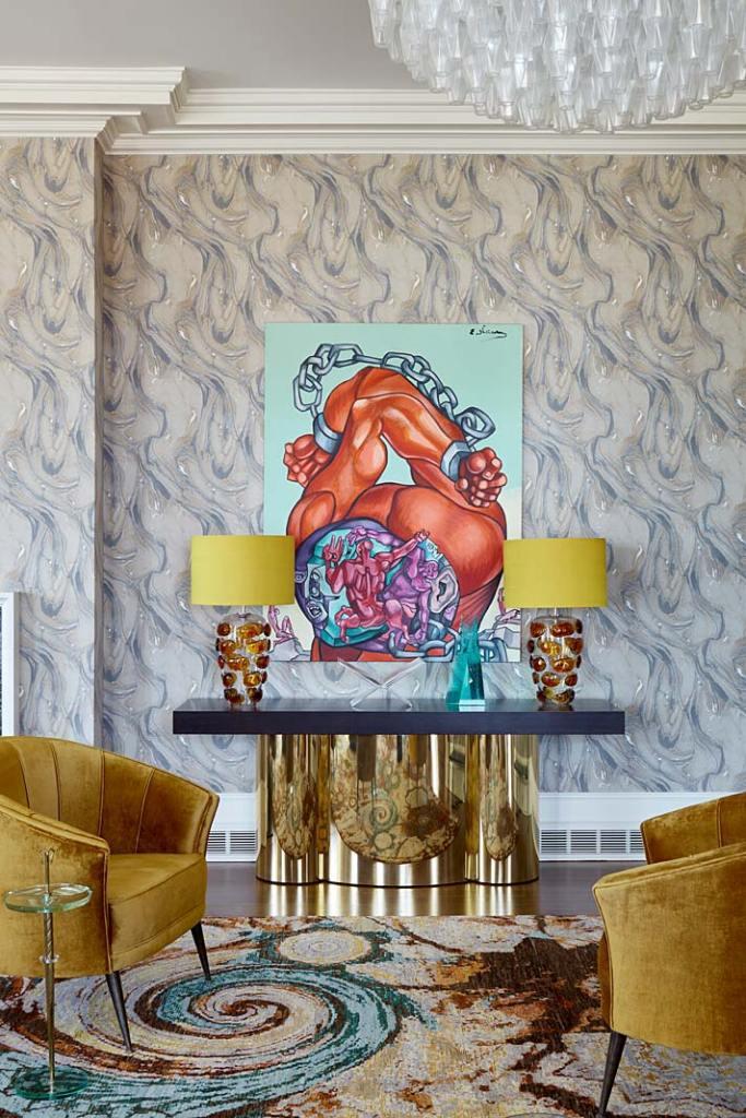 Kolorowe wnętrze apartamentu w Nowym Jorku, salon muzyczny pełen stylowych mebli i dzieł sztuki