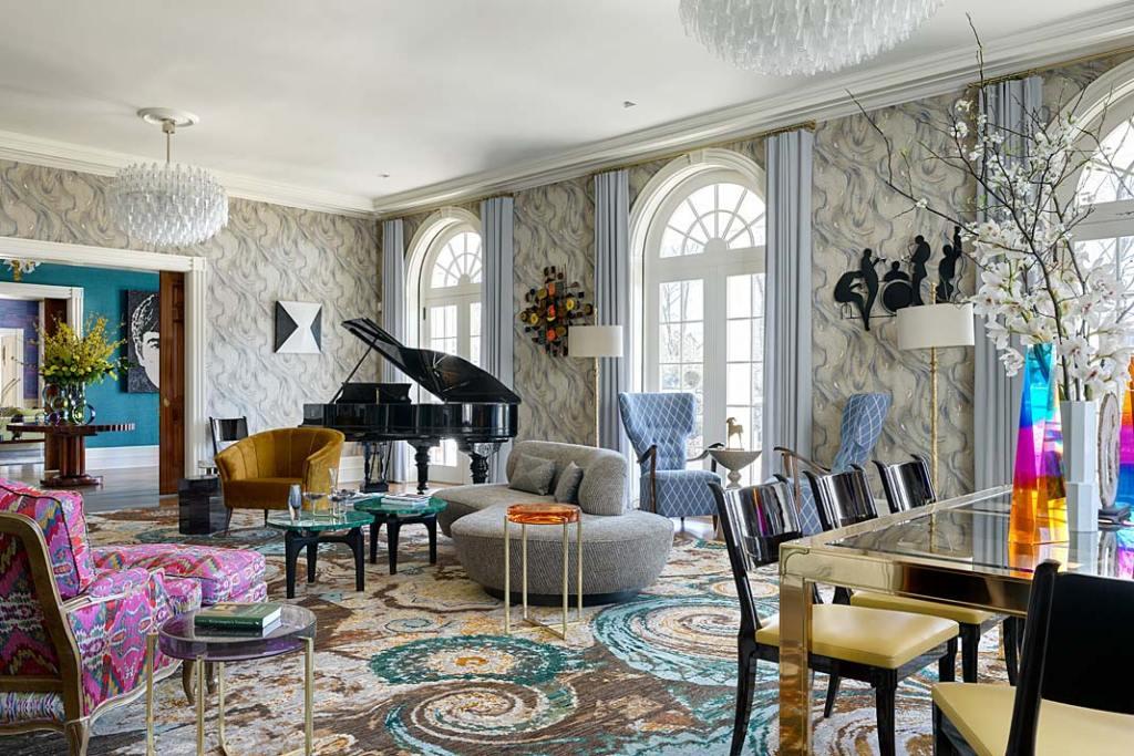 Kolorowe wnętrze apartamentu w Nowym Jorku - salon muzyczny z pałacowymi, łukowato zakończonymi oknami