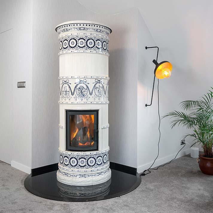 Kominek wykończony ceramicznymi kaflami. Projekt Marcelina Rzońca
