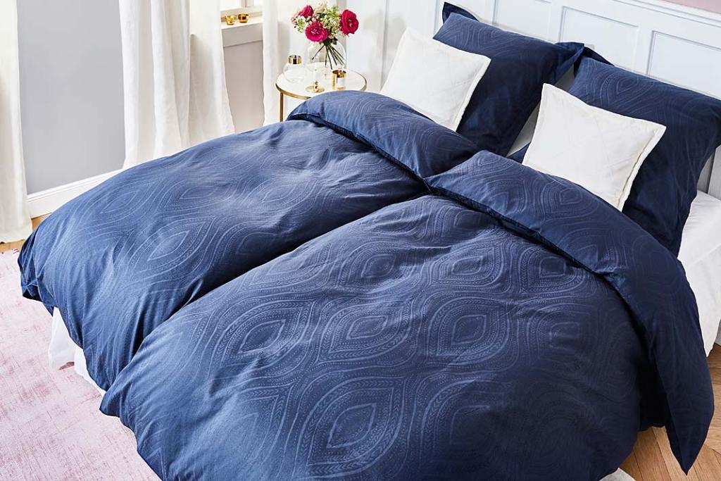 Komplet pościeli w kolorzez Classic Blue od marki Westwing. Kolor roku 2020, sypialnia