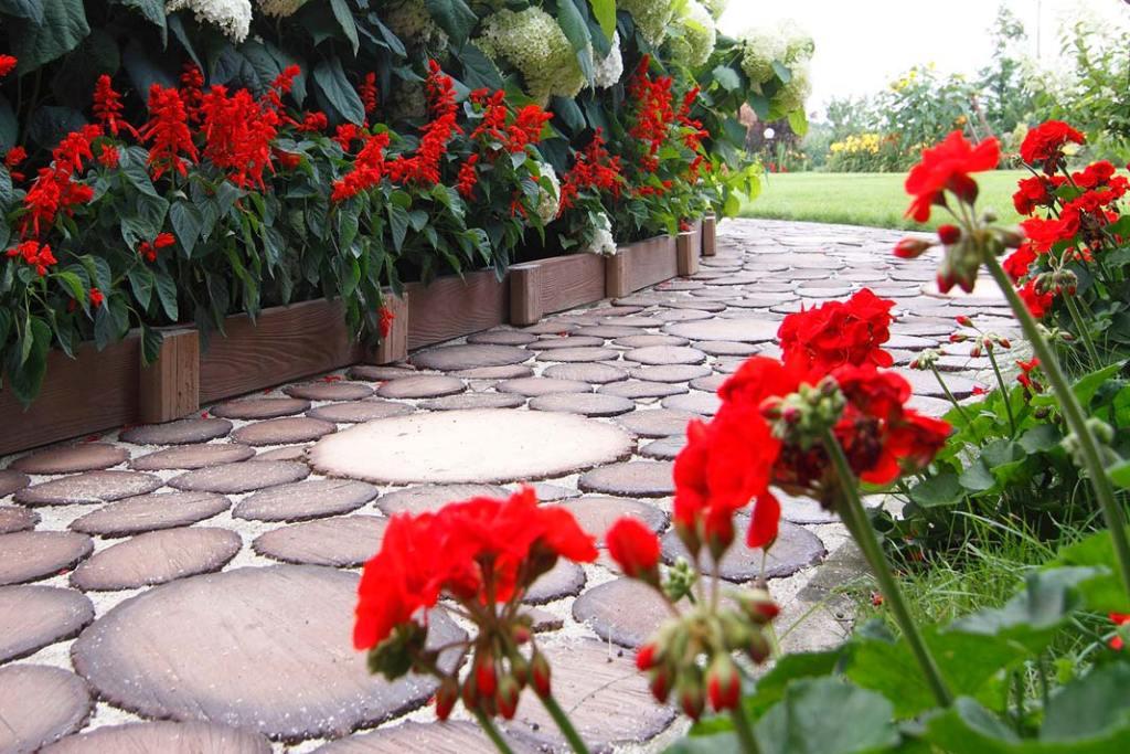 Ogród na wiosnę. Krążki drewnopodobne marki Stegu do układania ścieżek ogrodowych