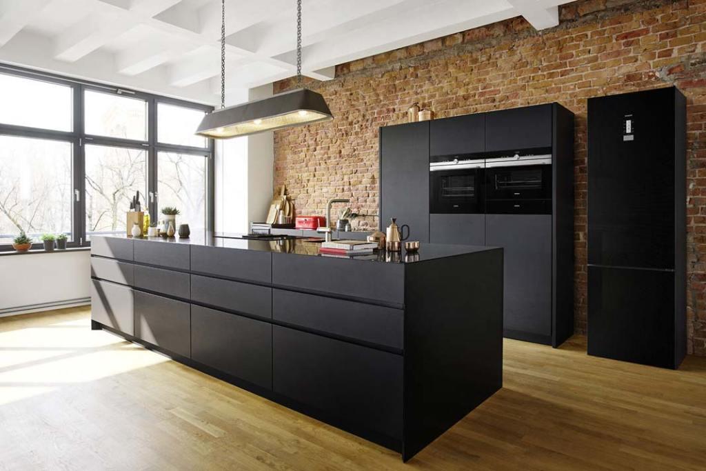 Kuchnia z urządzeniami AGD marki Siemens. Kuchnia połączona z salonem
