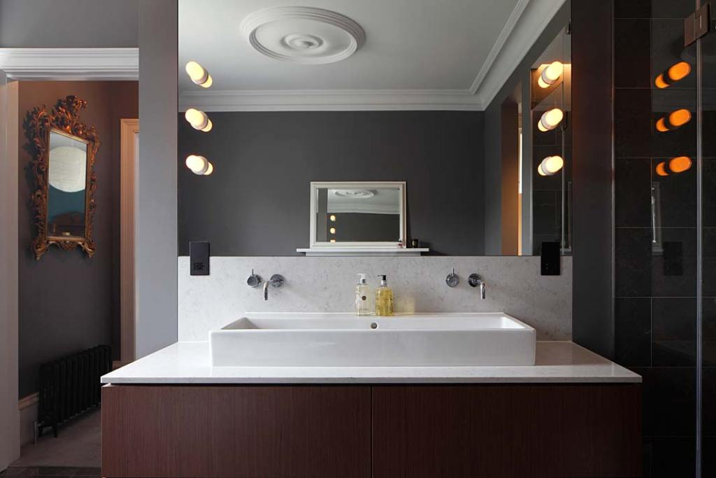 Łazienka master, eklektyczny styl wnętrza łączy przeszłość z teraźniejszością