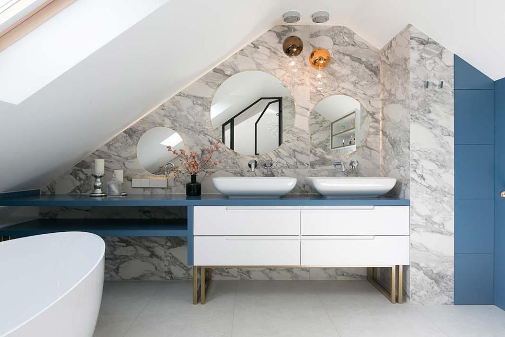 Nowoczesne wnętrze. Łazienka na poddaszu dla dwojga. Projekt: MIKOŁAJSKAstudio