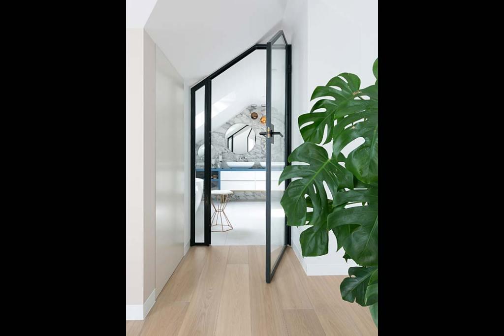 Łazienka przy sypialni na poddaszu, szklane drzwi. Projekt: MIKOŁAJSKAstudio