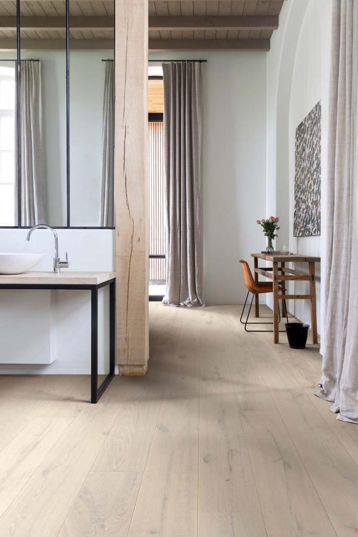 Łazienka przy sypialni, na podłodze parkiet z technologią Surface & Edge Protect + marki Quick-Step