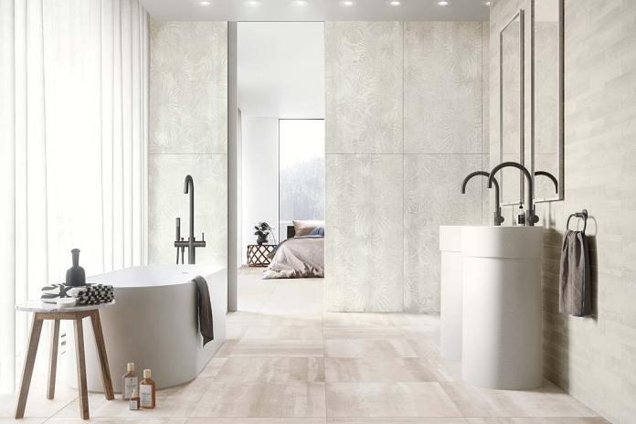 Łazienka przy sypialni wykończona płytkami Overlay z dekoracjami Paper Jungle firmy Refin