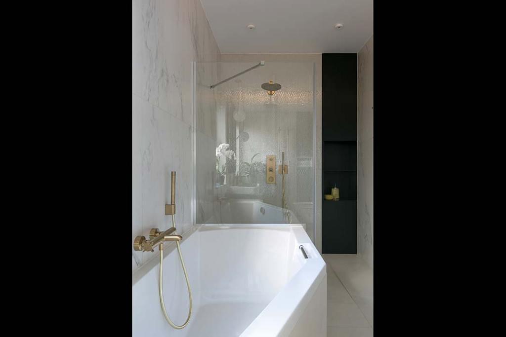 Łazienka z wanną i kabiną natryskową. Projekt: MIKOŁAJSKAstudio