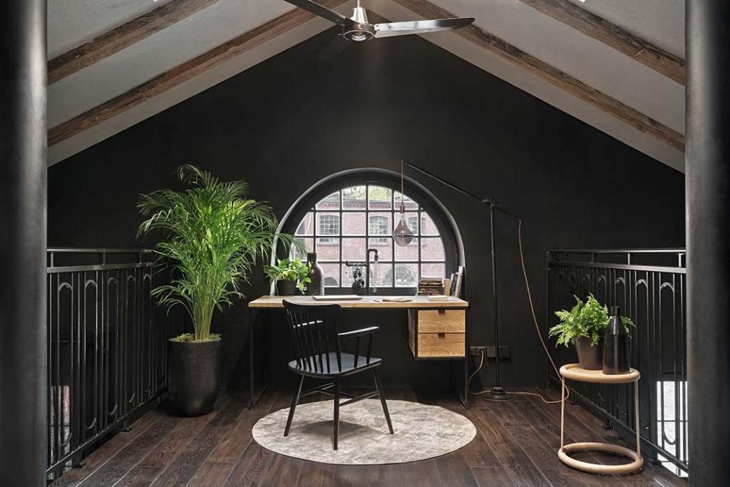 Loftowy apartament w starej kuźni, gabinet na antresoli. Proj. Sikora Wnętrza. Fot. Tom Kurek