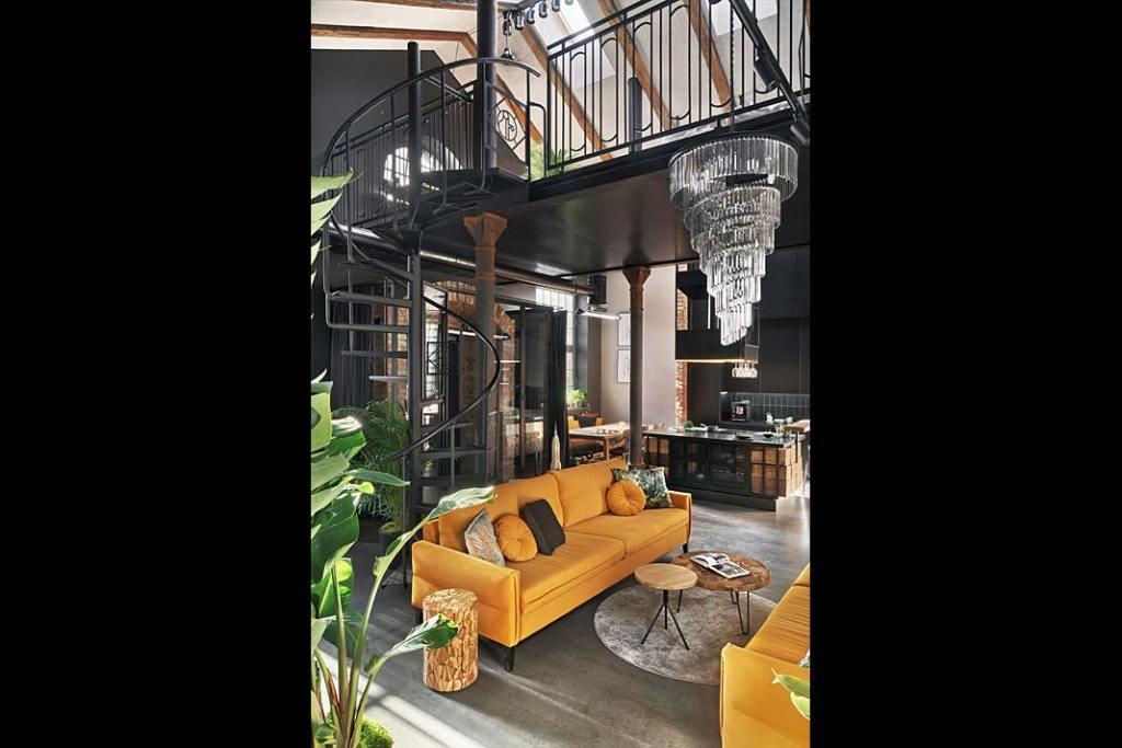 Loftowy apartament w starej kuźni, kręte schody prowadzą na antresolę. Proj. Sikora Wnętrza. Fot. Tom Kurek