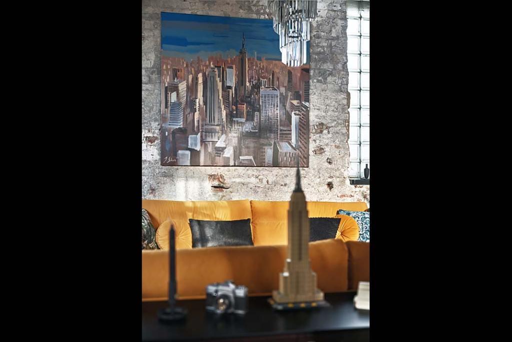 Apartament w starej kuźni, obraz Jana Sikory. Proj. Sikora Wnętrza. Fot. Tom Kurek