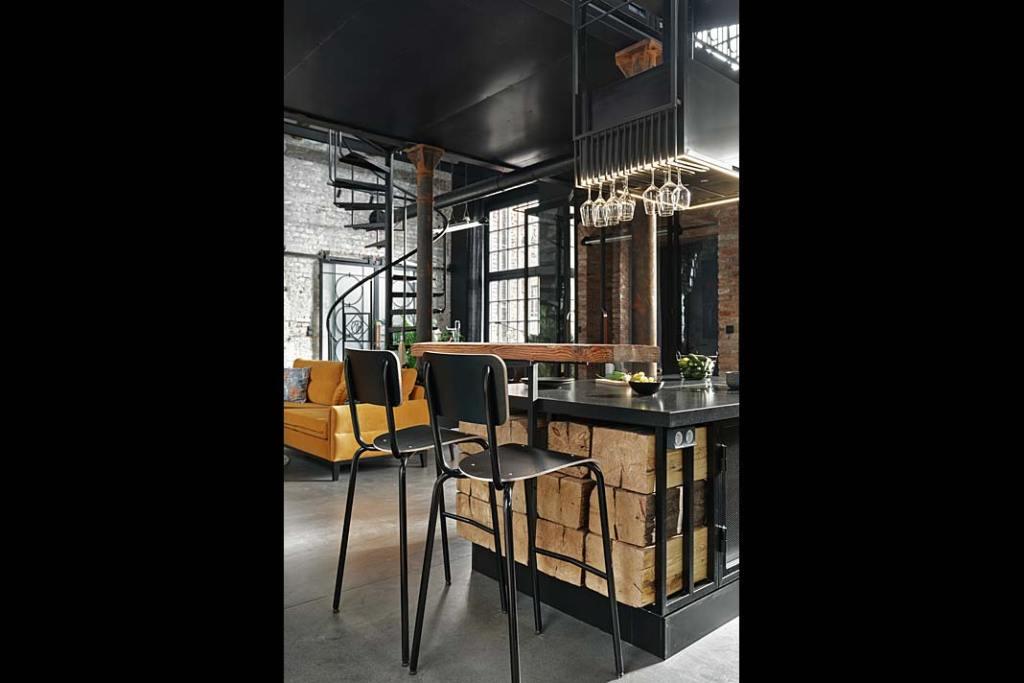 Apartament w starej kuźni, oryginalny bar w kuchni. Proj. Sikora Wnętrza. Fot. Tom Kurek