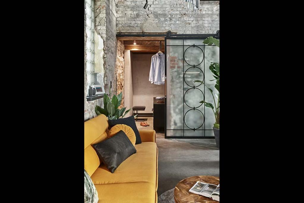 Apartament w starej kuźni, widok z salonu na garderobę. Proj. Sikora Wnętrza. Fot. Tom Kurek