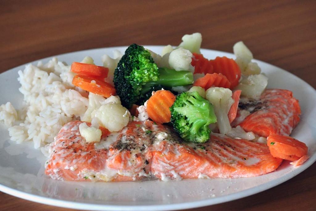 Łosoś z warzywami, popularna szwedzka potrawa