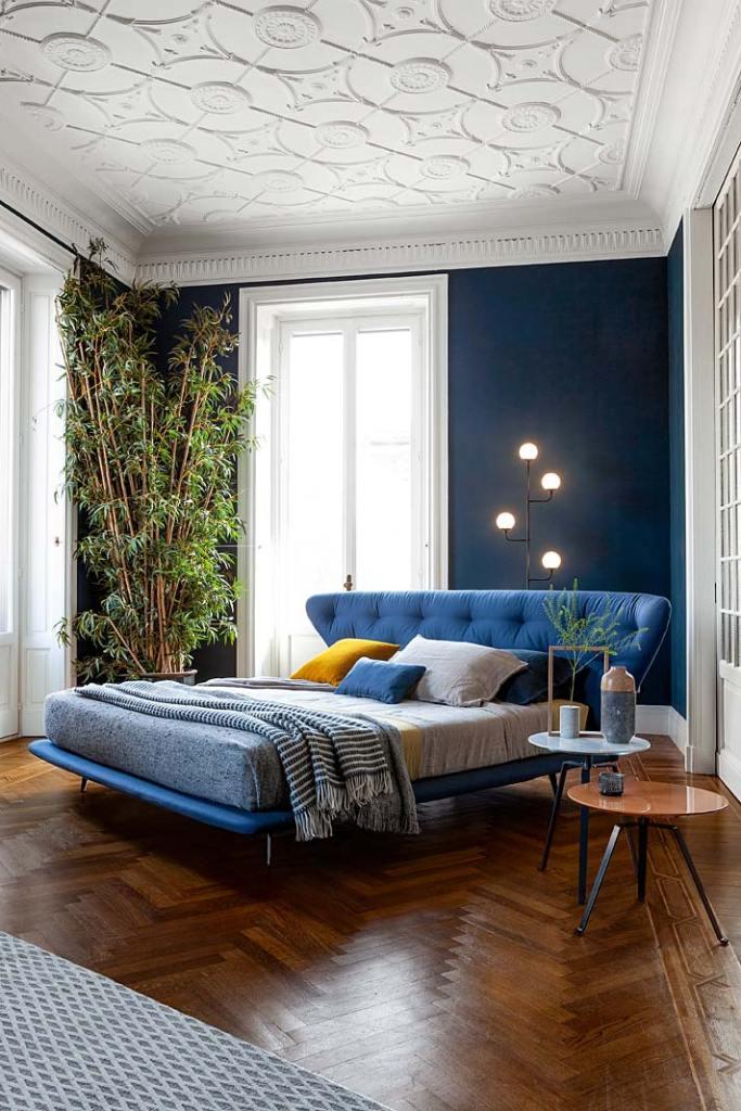Kolor roku 2020. Łóżko Lovy marki Bonaldo w modnym odcieniu Classic Blue