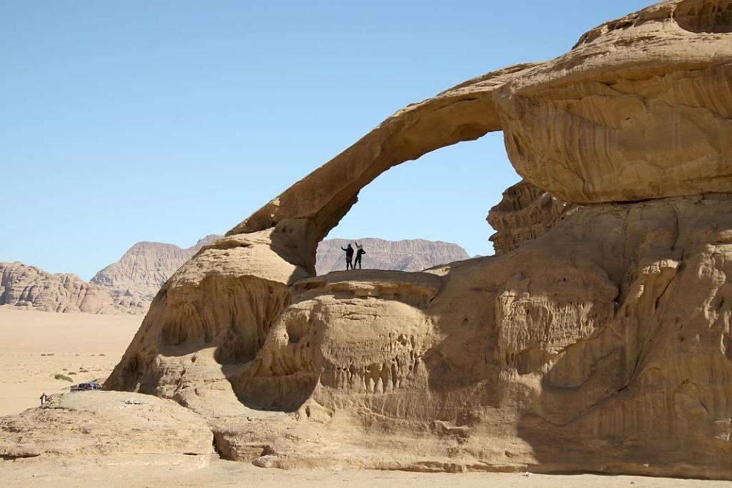 Atrakcje Jordanii: łuk skalny napustyni Wadi Rum
