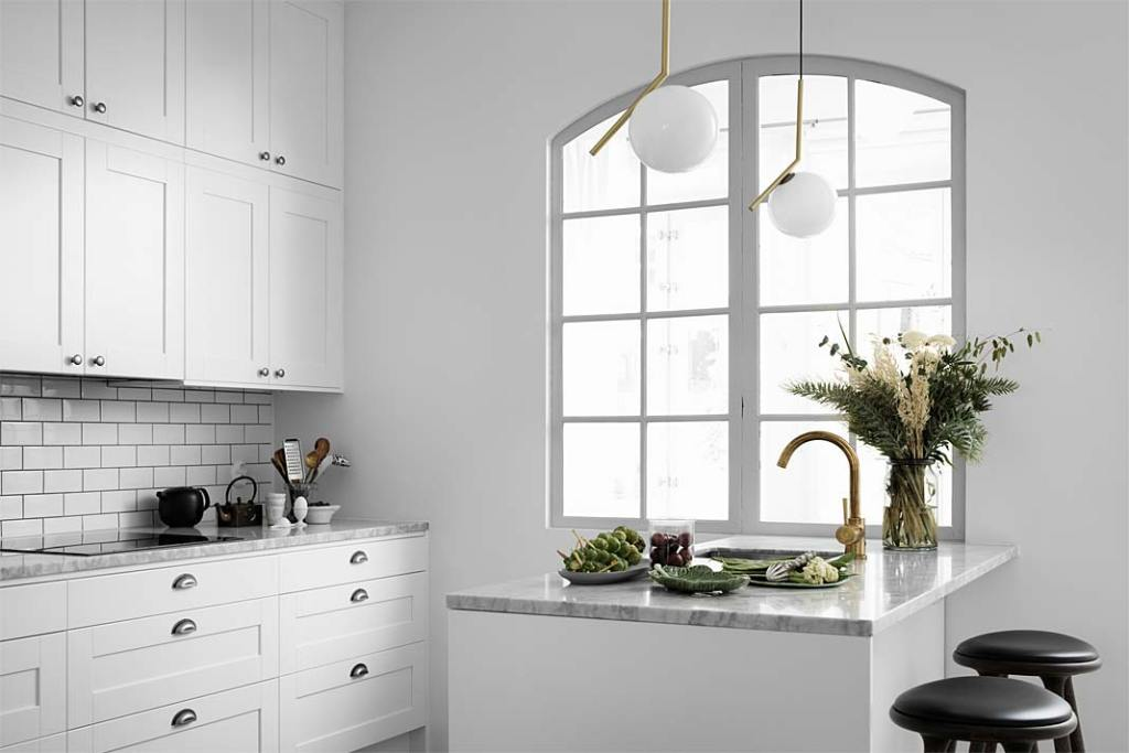 Czarno-biała kuchnia. Marmur Carrara - propozycja marki Ballingslov