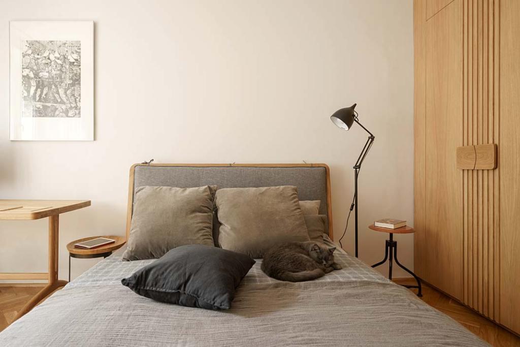 Mieszkanie w stylu vintage, łoże małżeńskie od Loft Kolasiński
