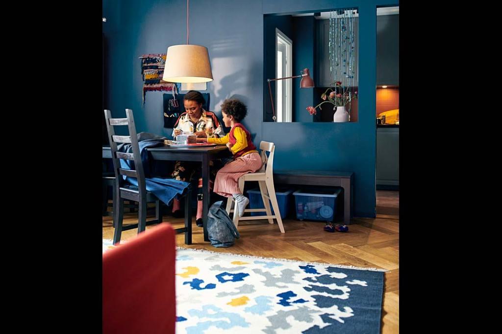 Modny odcień niebieskiego na ścianie w salonie i w kuchni - aranżacja marki IKEA.
