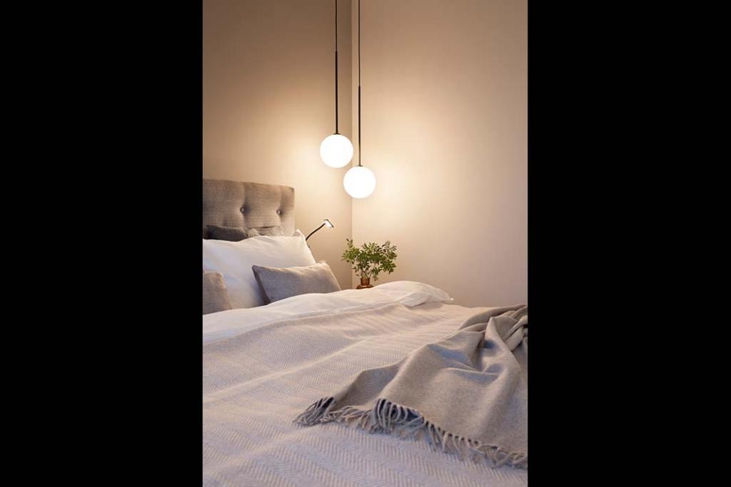 Naturalne tkaniny i nastrojowe oświetlenie sypialni