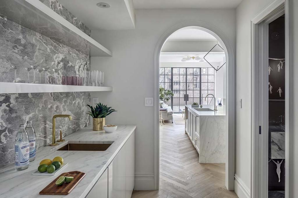 Obok reprezentacyjnej otwartej kuchni znajduje się pomieszczenie pomocnicze, tzw. brudna kuchnia ze spiżarnią