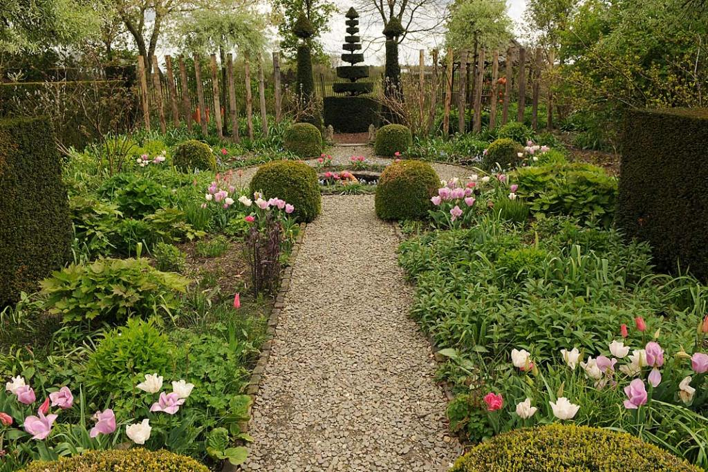 Aranżacja ogrodu na wiosnę: rabaty haftowane wiosennymi kwiatami