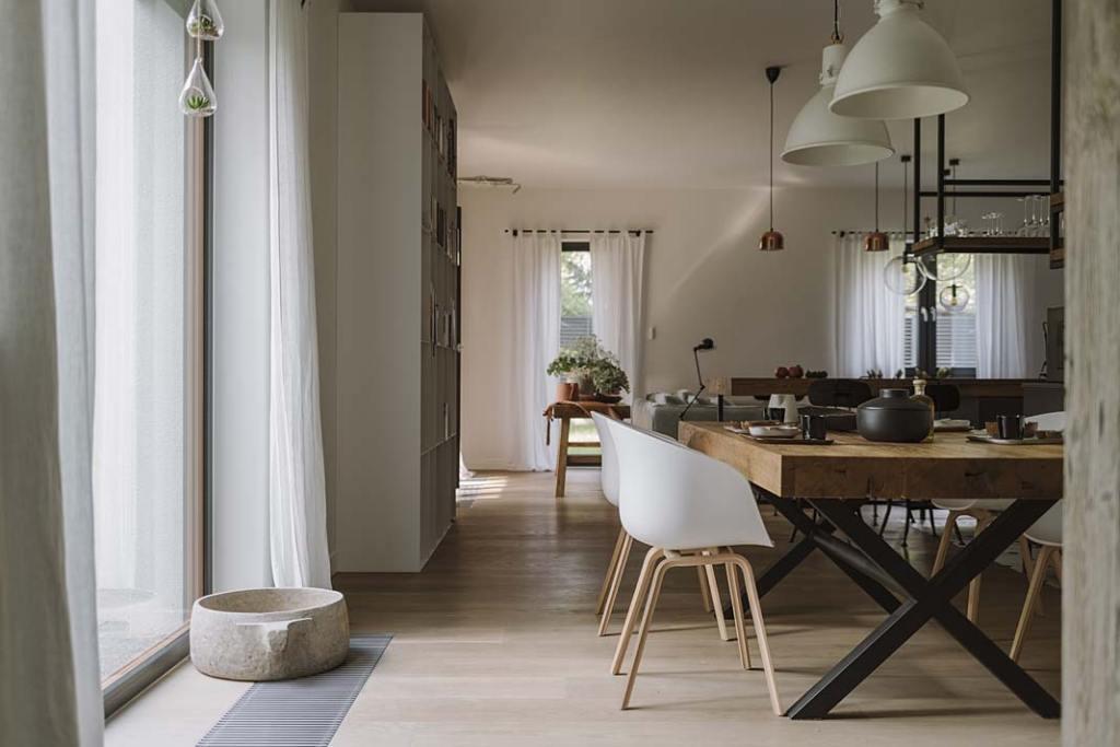 Okna od podłogi do sufitu doświetlają strefę dzienną naturalnym światłem