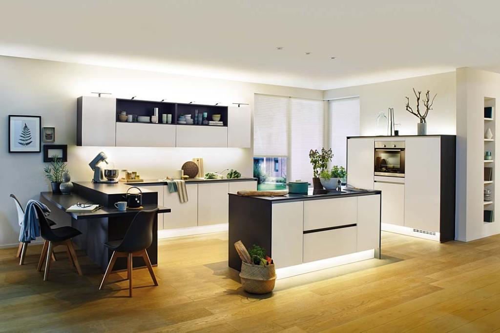 Oświetlenie ledowe w meblach kuchennych Paulmann. Kuchnia połączona z salonem
