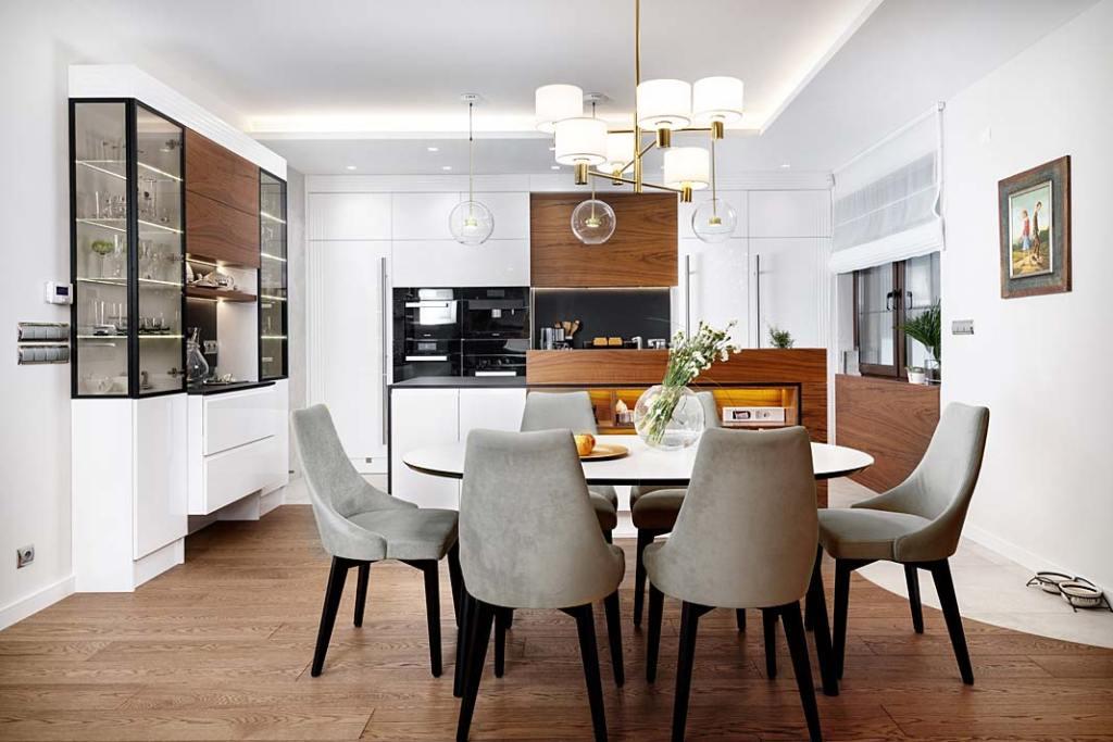 Przytulny dom dla rodziny. Otwarta, biała kuchni a zwyspą. Projekt: Marcelina Rzońca