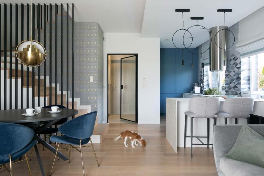 Nowoczesne mieszkanie dla rodziny. Otwarta strefa dzienna z aneksem kuchennym. Projekt: MIKOŁAJSKAstudio