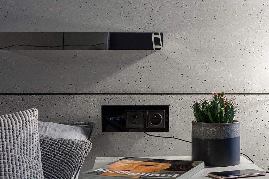 Nowoczesne włączniki światła. Panel dotykowy o trzech modułach z otworami na dodatkowy osprzęt