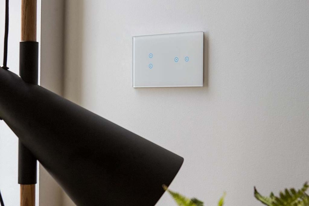 Nowoczesne włączniki światła. Panel dotykowy z serii Simon 54 TOUCH w kolorze biała perła