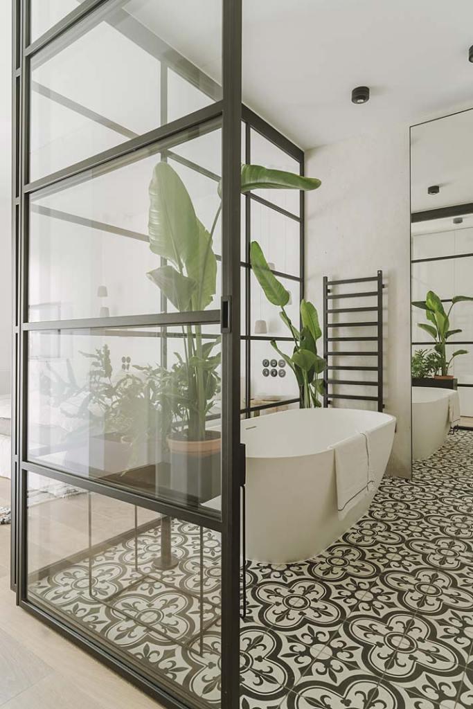 Podłogę w łazience przy sypialni wykończono płytkami firmy Purpura