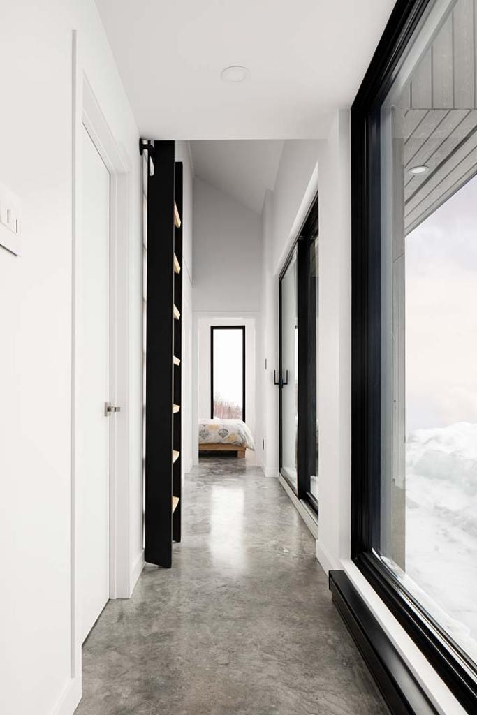 Dom w górach, posadzka z polerowanego betonu