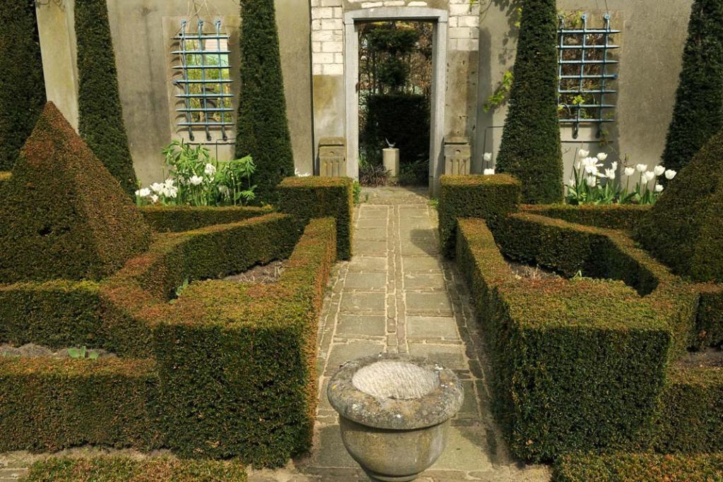 Poszczególne żywopłoty łączą się irozwidlają tworząc skomplikowany labirynt ogrodowych ścian