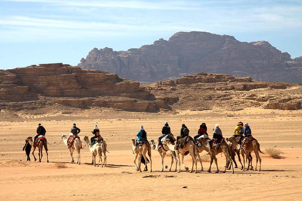 Przejażdżka na wielbłądach na pustyni Wadi Rum