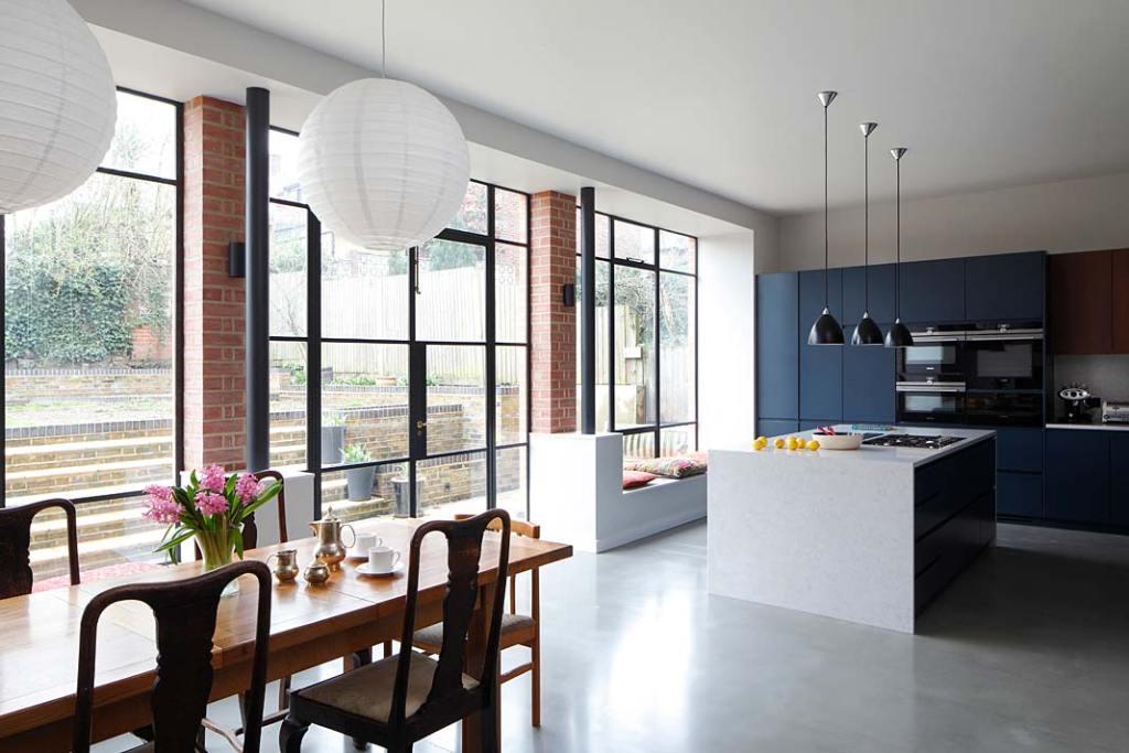 Eklektyczny styl wnętrza zabytkowej willi w Londynie: przestronny salon połączony z nowoczesną kuchnią, duże okna