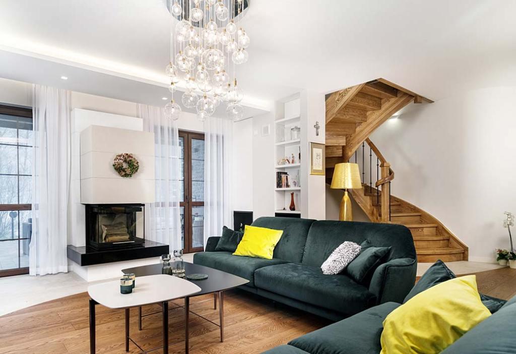 Przytulny dom dla rodziny, salon z kominkiem. Projekt: Marcelina Rzońca