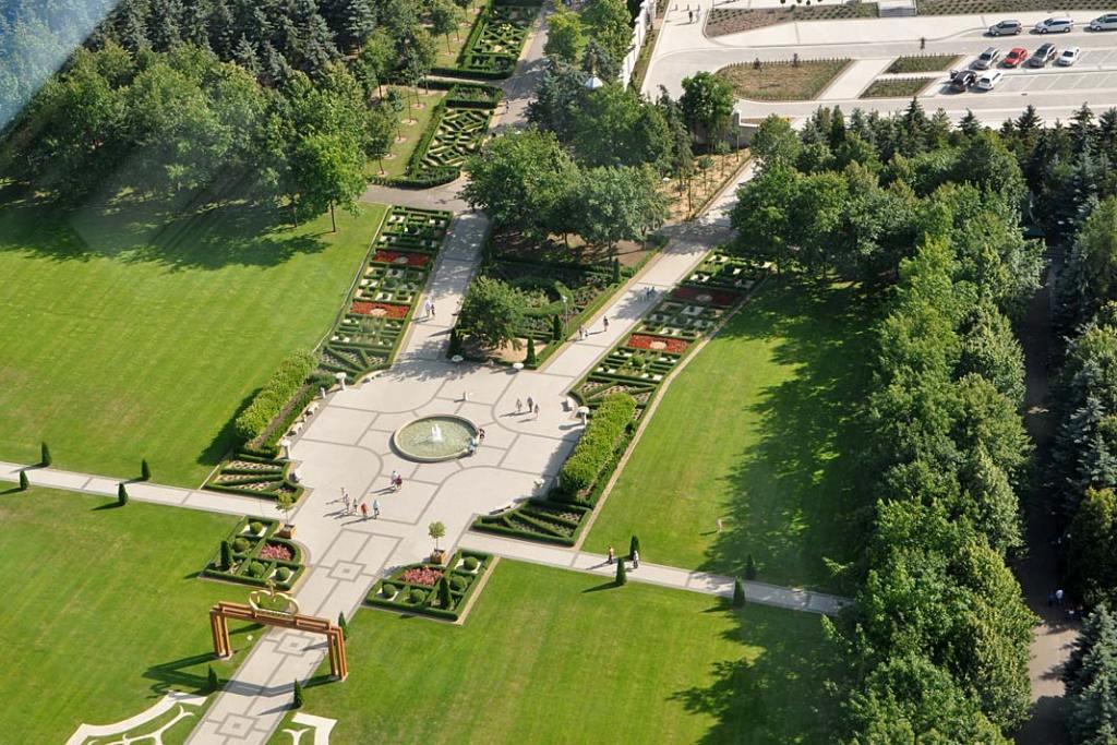 Regularne ścieżki nawiązują stylem do ogrodów barokowych