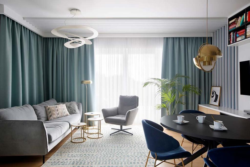 Nowoczesne mieszkanie dla rodziny. Salon w odcieniach błękitu. Projekt: MIKOŁAJSKAstudio