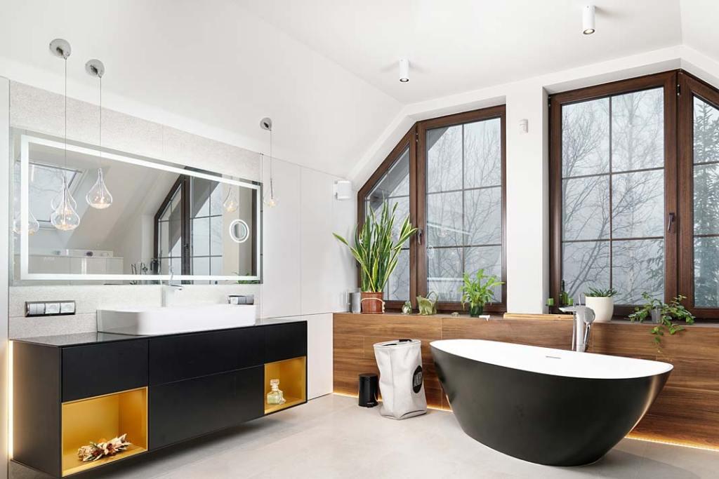 Przytulny dom dla rodziny. Salon kąpielowy z wolnostojącą, dwuosobową wanną. Projekt: Marcelina Rzońca