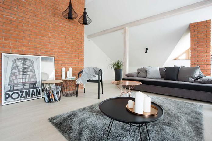 Ściany salonu wykończone ceglanymi płytkami firmy Vandersanden