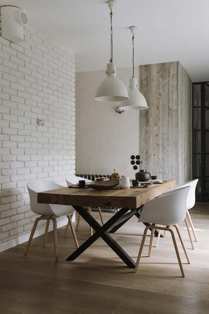 Drewno we wnętrzu. Stół w jadalni wykonano z drewna z rozbiórki budynków gospodarskich