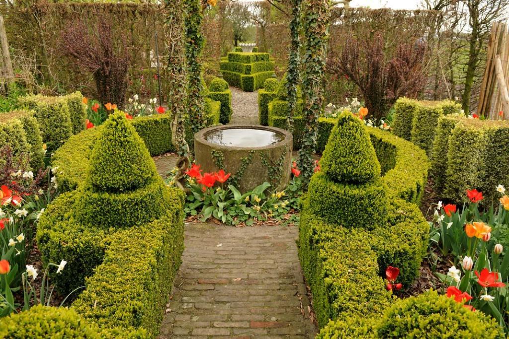 Strukturę ogrodu tworzy zawiły układ strzyżonych żywopłotów zbukszpanów oraz grabów