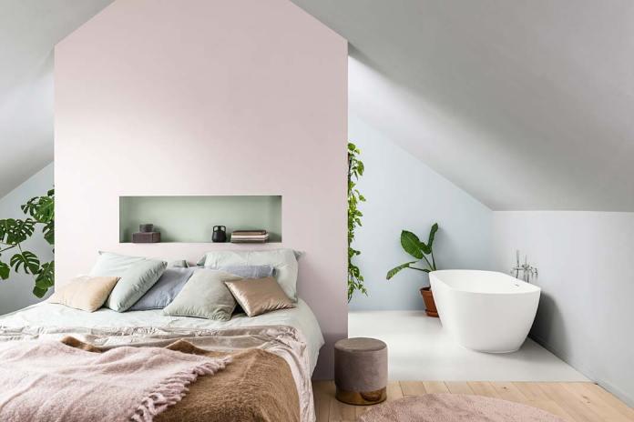 Sypialnia z łazienką, ściany w kolorze Miętowej Szarości - kolor roku 2020 Dulux