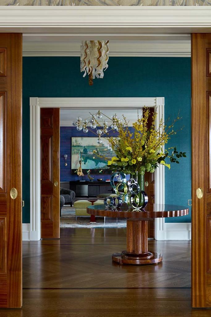 Szerokie przesuwne drzwi - klasyczny element eklektycznego wnętrza