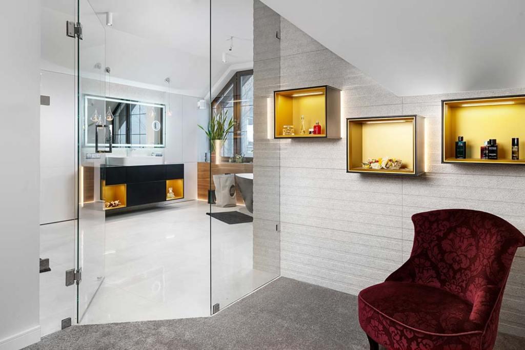 Szklane drzwi prowadzą do salonu kąielowego. Projekt: Marcelina Rzońca