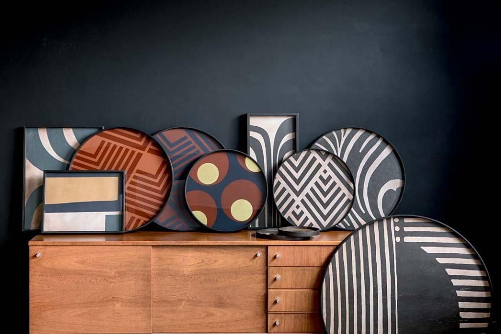 Modne wzory: tace dekoracyjne Turkish Dots i Graphite Chevron marki Notre Monde